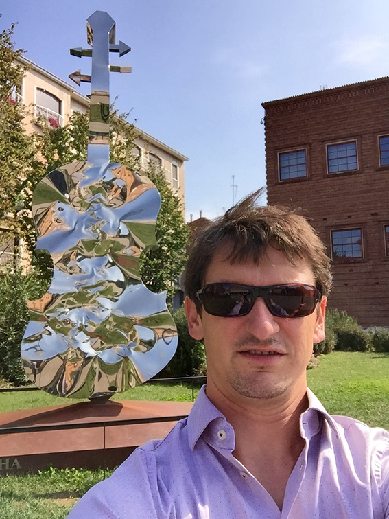 Devant le museo del violino à Cremone.