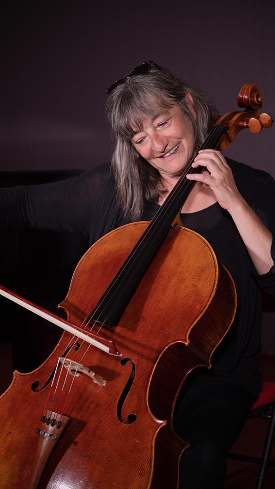 Florence Augustin, Etréchy, France.Violoncelliste à l'orchestre Pasdeloup.