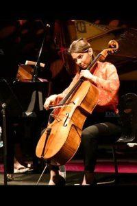 Eléonore Bernhardt, Paris, France.Violoncelliste du trio Oriolus, professeur à l'école de musique Musiques Ensemble Paris XX, et intervenante musicienne à Démos.
